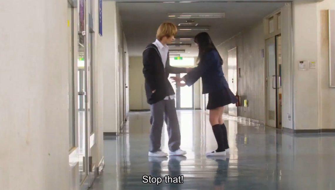 Toshi próbuje przytulić Hinę, bezskutecznie